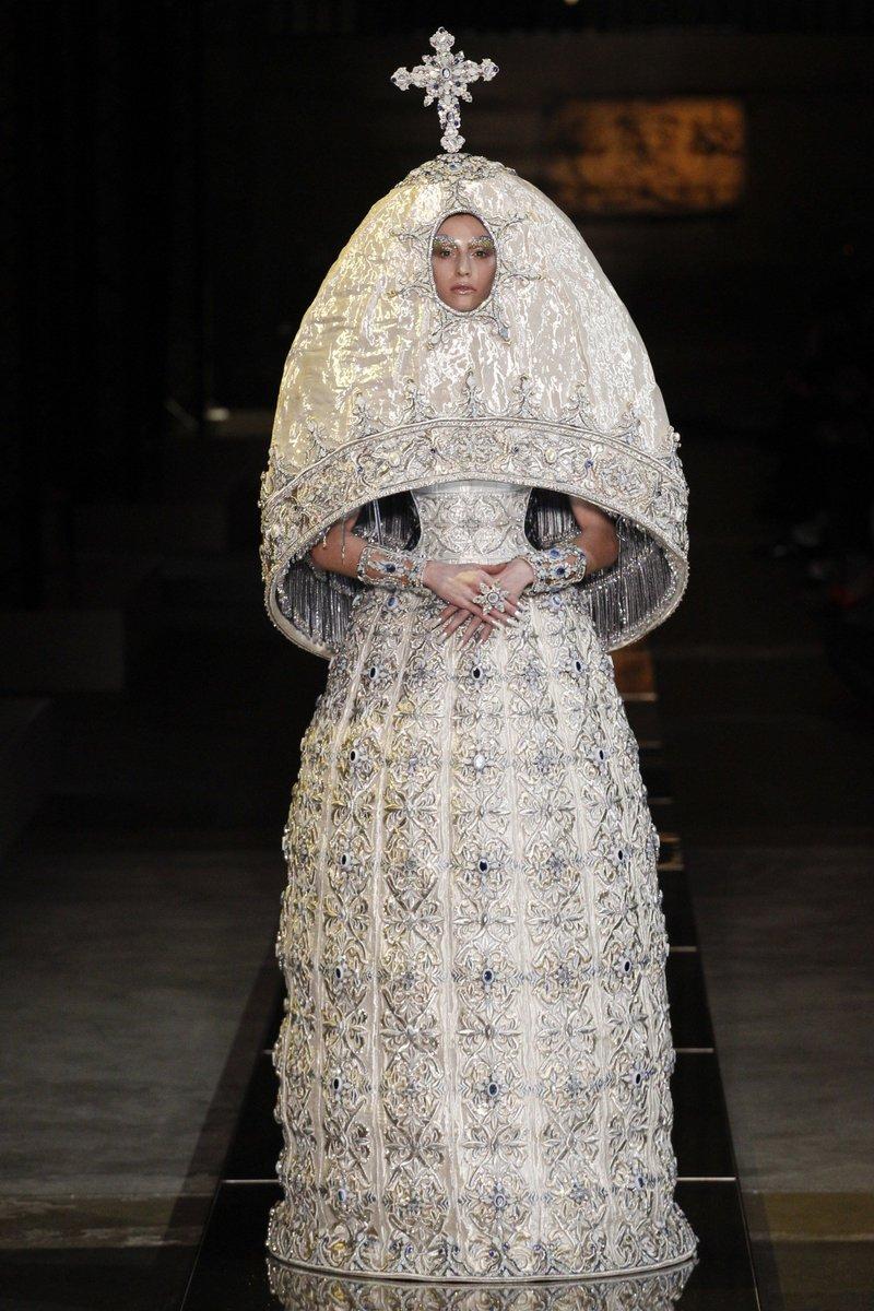 Heavenly Bodies: Fashion and the Catholic Imagination x Guo Pei #METGALA <br>http://pic.twitter.com/xeRMbzoXRX
