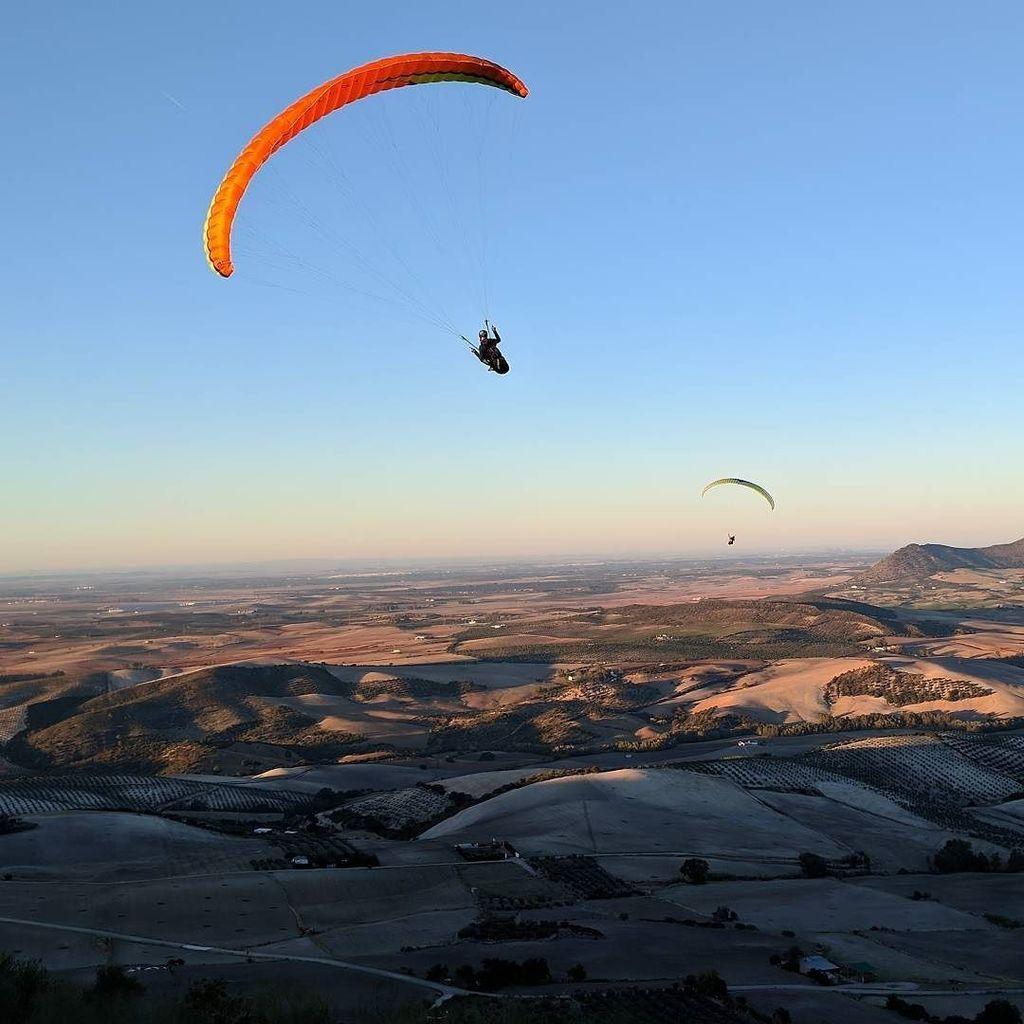 Evening soaring . . . #paragliding #parapente #spain #flying #andalusia #algodonales #eveninglight #sunsetsoon #so…  http:// ift.tt/2Ajuy6v  &nbsp;  <br>http://pic.twitter.com/iQBI07sAfU
