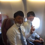 初戦先発の二木投手と関谷投手。機内ではマスクをつけてケアをします。(広報) #chibalotte …