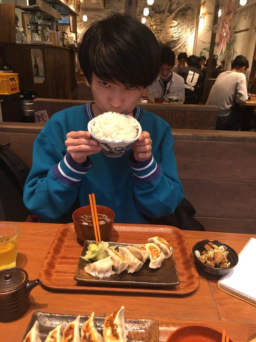 ご飯食べてたら目の前に声優の山谷祥生さんがいました‼️かっこいい人なのかな〜?と思ってたんですが、喋ってみたらとても気さくで気持ち悪い人でした😍‼️推しが増えました😍❤️ pic.twitter.com/n1UKdgXxu3