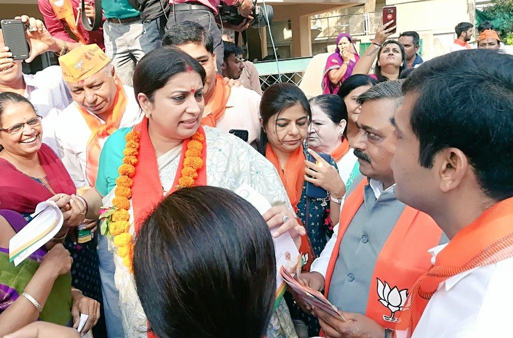 Smriti joins door-to-door campaign of BJP, gets overwhelming response