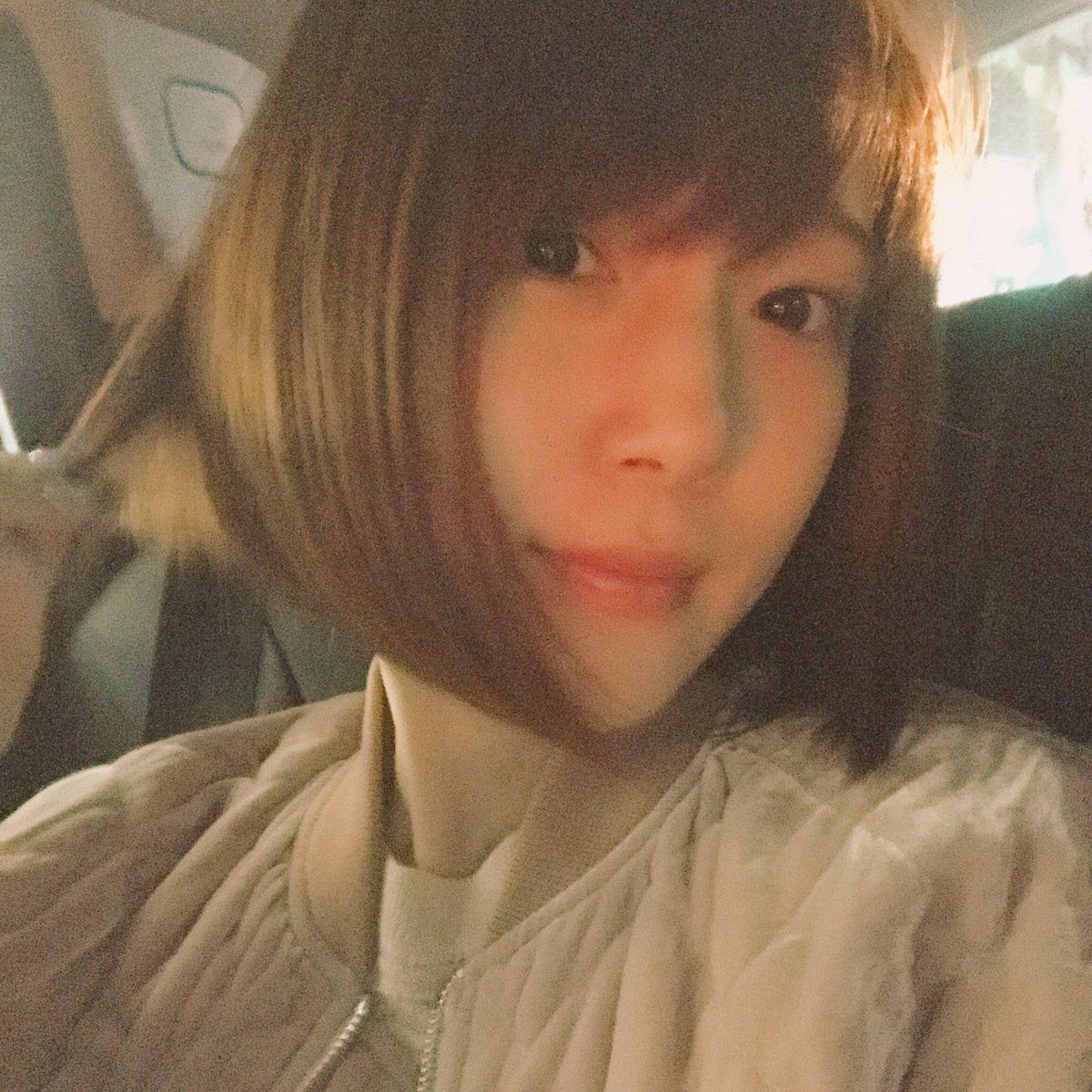 髪切った丸(^○^)みじかめのボブです。あと暗いからわかりにくいけど、ピンクいれたよー! pic.twitter.com/h7nHRXEq5J