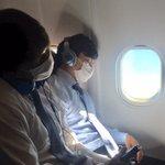 本日のサービスショット。機内で激写しました。寝ている成田投手と佐々木投手。私の隣になってしまったこと…