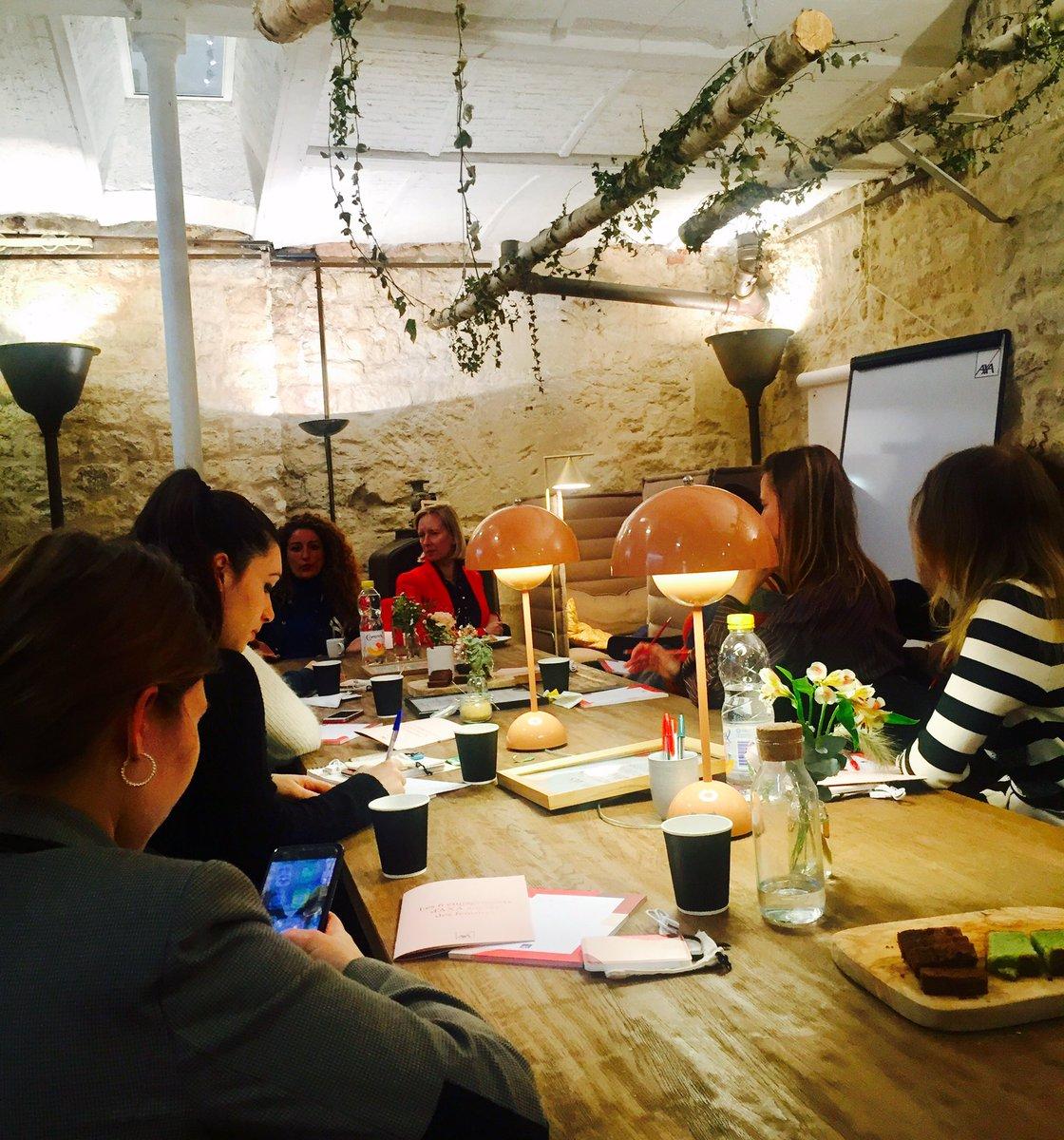 """#AXAaimeMona   En live de l'office #AXA pour le #TeaTalk avec @MC_Plessix et @Alice_zag : """"Gérer ses finances sans peur et sans reproche"""" #MonabyMyLittleParis  #inspiration #intuitionpic.twitter.com/LtfaA5G8bU"""