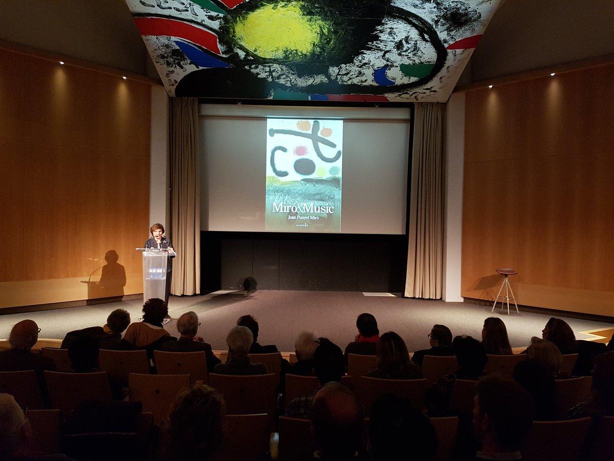 """Rosa Maria Malet, directora de la @fundaciomiro, ens dóna la benvinguda a la presentació del llibre """"Miró & Music"""": """"Gràcies a Joan Punyet Miró hem pogut anar descobrint com Miró és un artista que mai no ens deixa indiferent"""" #MiróMusic #FundacióMiró"""