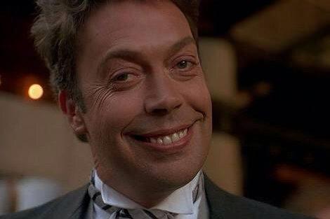 今回のペニーワイズイケメンやな〜。初代ペニーワイズは、意地悪なホテルマンのおっさんだったり、ダイヤに目がくらんで凶悪なゴリラにどつかれて殺されるおっさんだっ