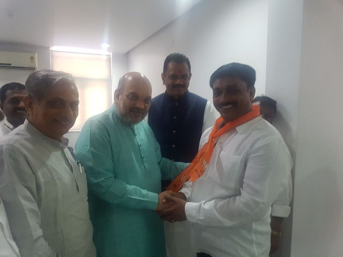 Raju Solanki leaves Congress, rejoins BJP with other Koli leaders