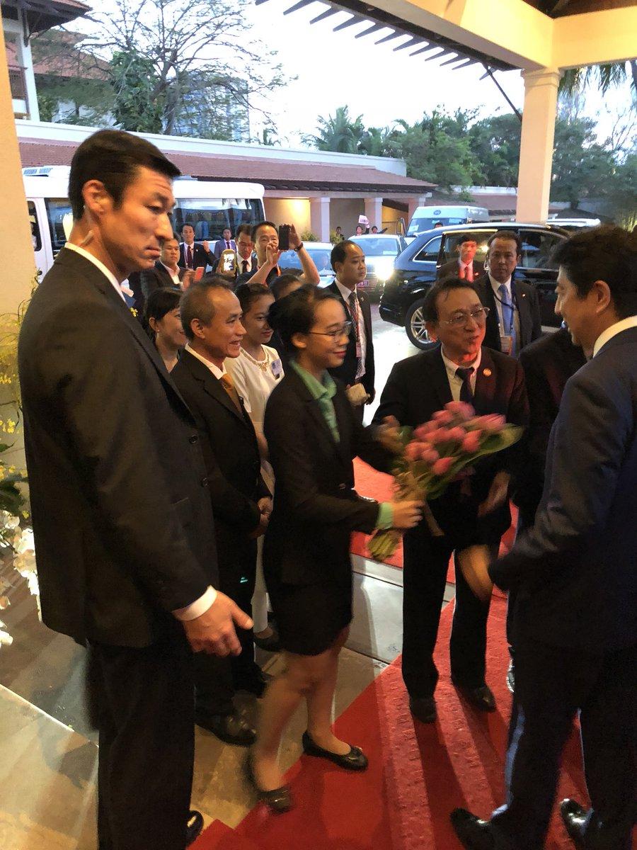 APEC会場で安倍総理は大人気です。移動のたびに各国のスタッフから「安倍さーん!」と声をかけられ、ス…