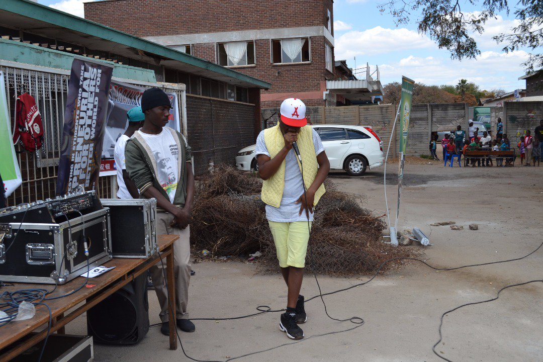 #Beatboxing movement..........dropping it on the mic in Mufakose...#dinvidz the beatboxer<br>http://pic.twitter.com/elSQl9aGoh