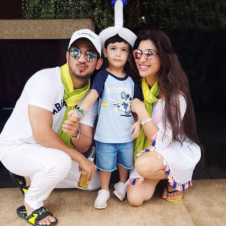 Aren't they one adorable family?!  #IshqMeinMarjawan star #ArjunBijlani with wife #NehaSwami & son #AyaanBijlani. pic.twitter.com/2wGOgrRXWE