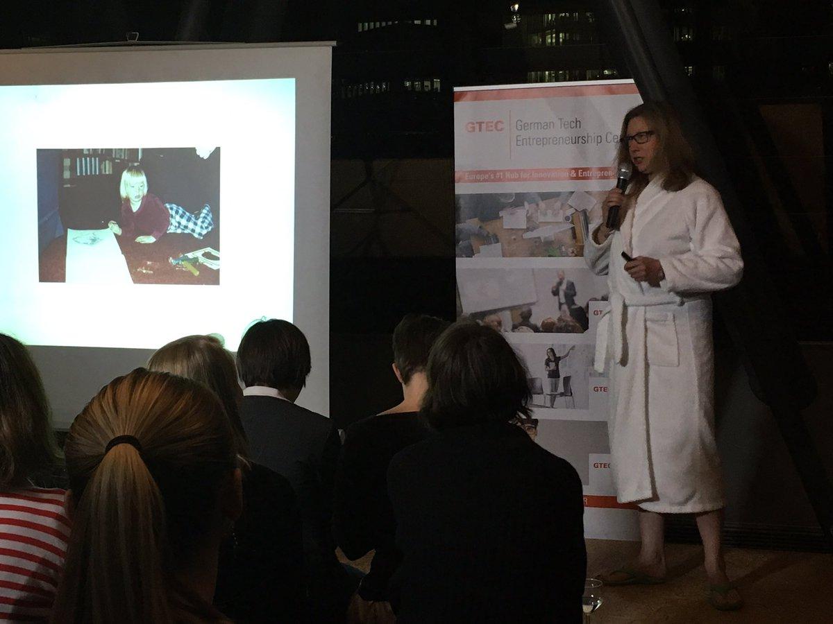 On Stage @zehnbar 2. Talk #tedxwomen #frankfurt - warum wir im Bademantel Netzwerken sollten. #Iconic #eigensinnig