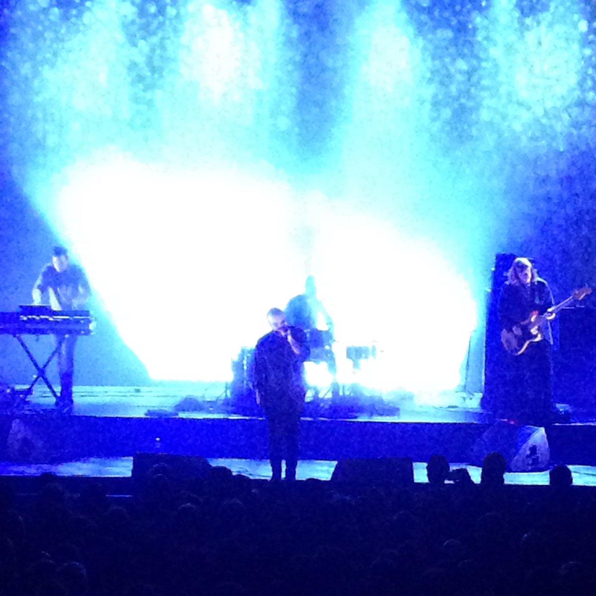 Een band die gimme gimme gimme van #ABBA gebruikt als intro voor hun concert, stijgt onmiddellijk uit boven zichzelf! Heerlijk #futureisland #SamuelTHerring @ABconcerts