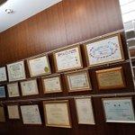 AACS退会したから東京の高須クリニックのロビーの壁にかかっているAACSの会員証外そうとしてるんだ…