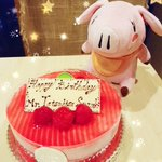本日はバン役・鈴木達央さんのお誕生日!先日アフレコ現場でもバンのように赤いケーキでお祝いしました🎂(…