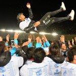 🎊長崎・J1昇格🎊試合後、J1昇格に導いた高木琢也監督が、選手たちから胴上げで祝福されました❗️js…