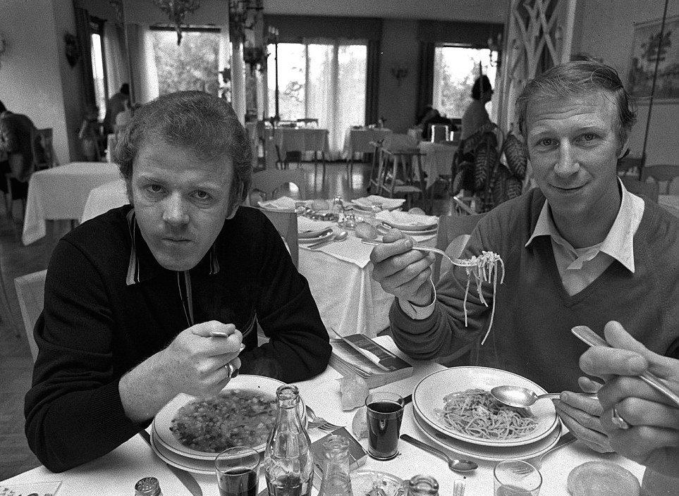 KIng #BillyBremner and #JackCharlton of #LeedsUnited before the first leg of 1971 #FairsCup Final v. #Juventus @OldFootball11 @SuperbFootyPics @FootballArchive @footballmemorys @facciacalcio @MartinMarty1974 @dirtyleeds @TheSquareBall<br>http://pic.twitter.com/9JpFNXvLVT