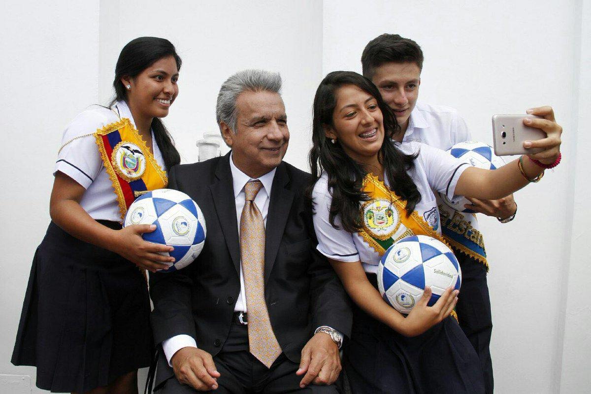 Una selfie que nos retrate el alma, el alma buena de los ecuatorianos... #FelizFinDeSemana https://t.co/fS8rM0YURh