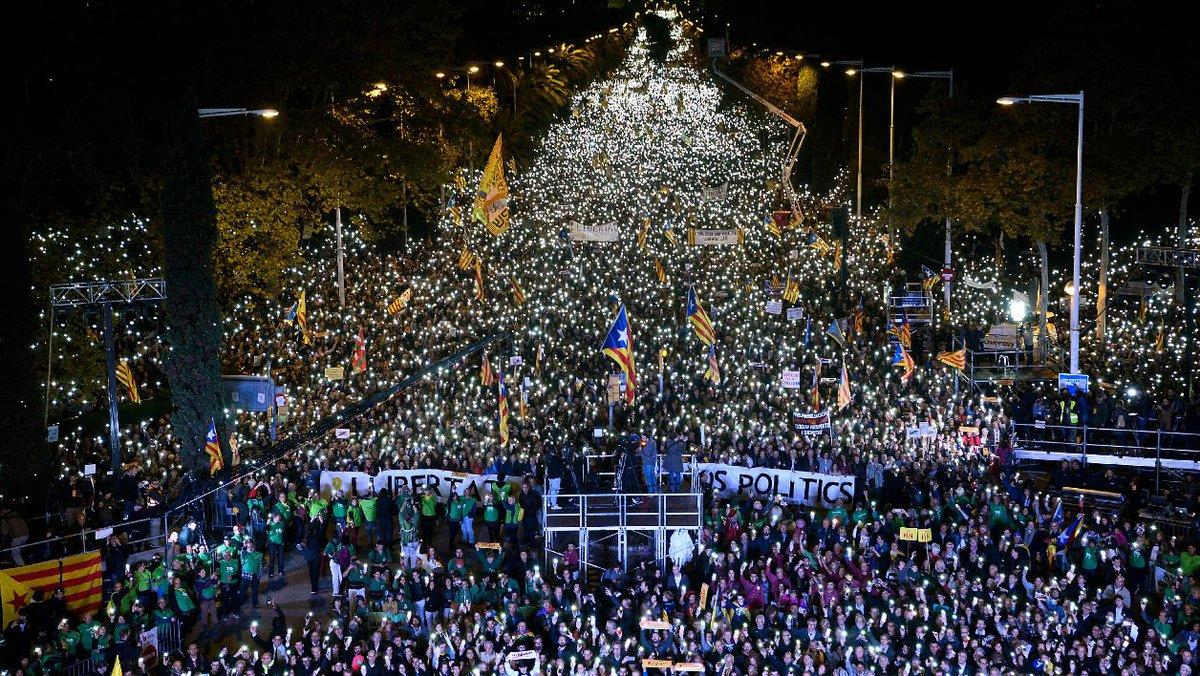 Catalogne: 750.000 manifestants dans les rues de Barcelone pour la libération des indépendantistes https://t.co/1BToq9NvyD