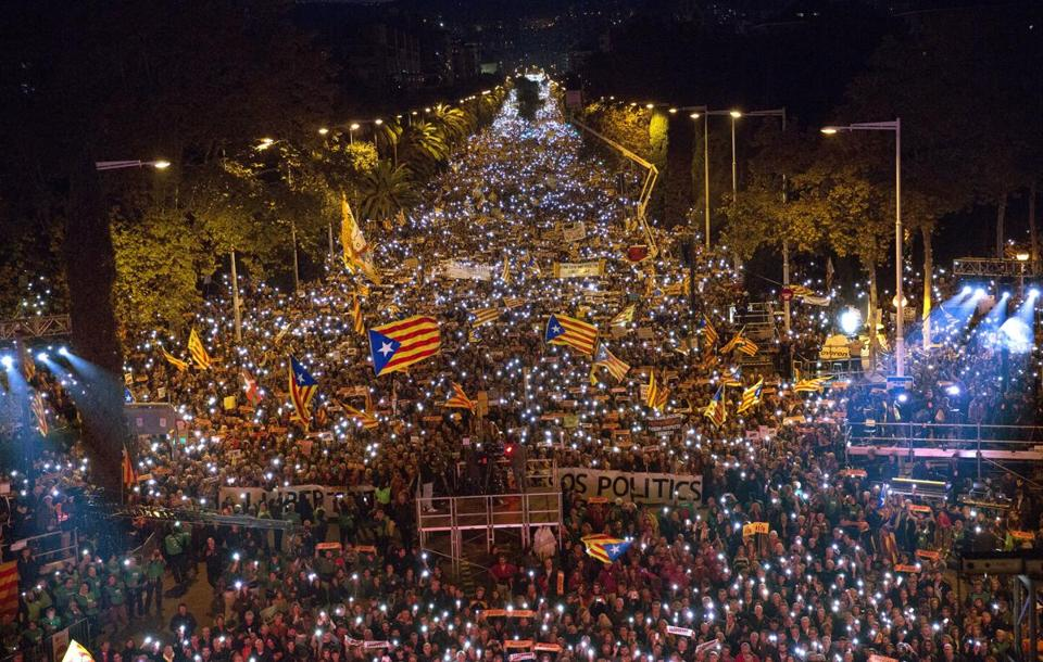 Hundreds of thousands of people backing Catalonia's bid to secede from Spain packed the streets in downtown Barcelona Saturday. https://t.co/BMYhYYEdkl