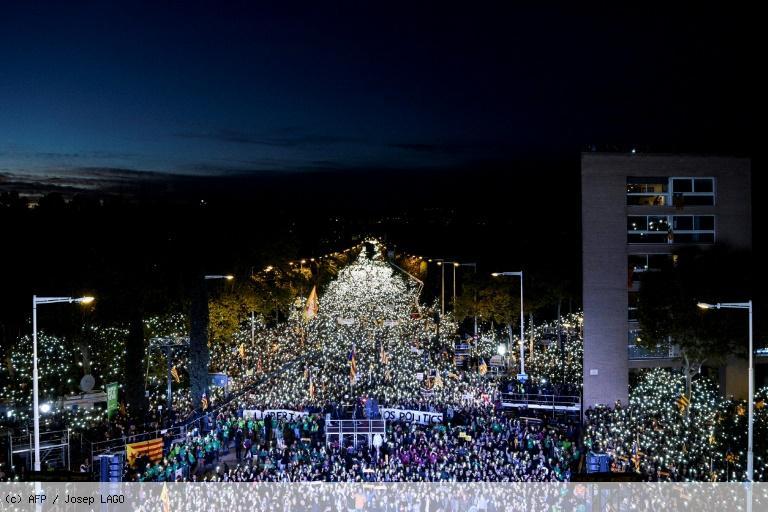 Catalogne: manifestation massive pour la libération des dirigeants indépendantistes https://t.co/5a02s3Yitc