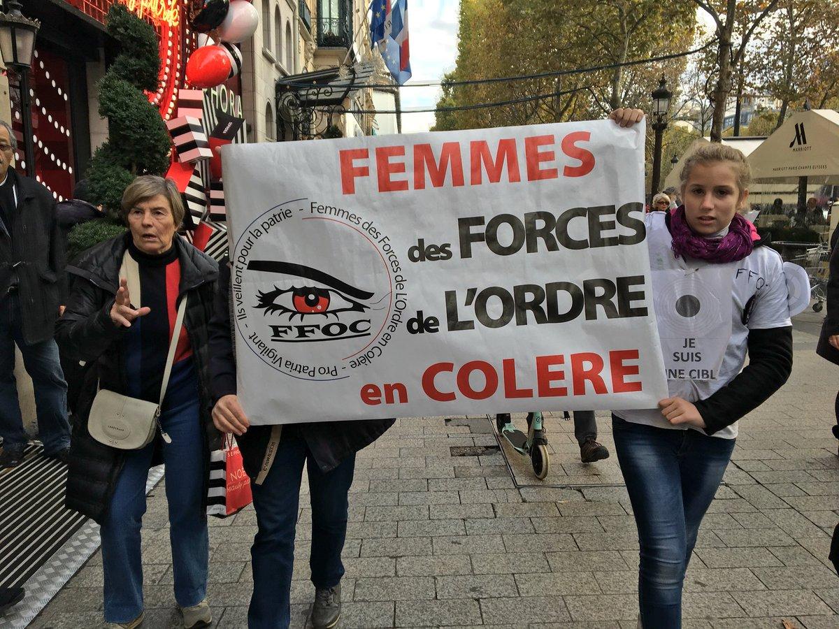 🔴 EN DIRECT - #Paris: #Manifestation des Femmes de Force de l'Ordre en Colère (FFOC) sur les Champs-Elysées.' #ChampsElysees #police #policiers (Photos: @ClementLanot)