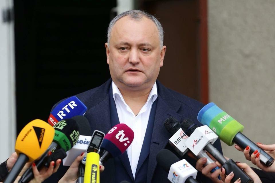 Додон пообещал успеть подписать закон о русском языке до инаугурации Санду