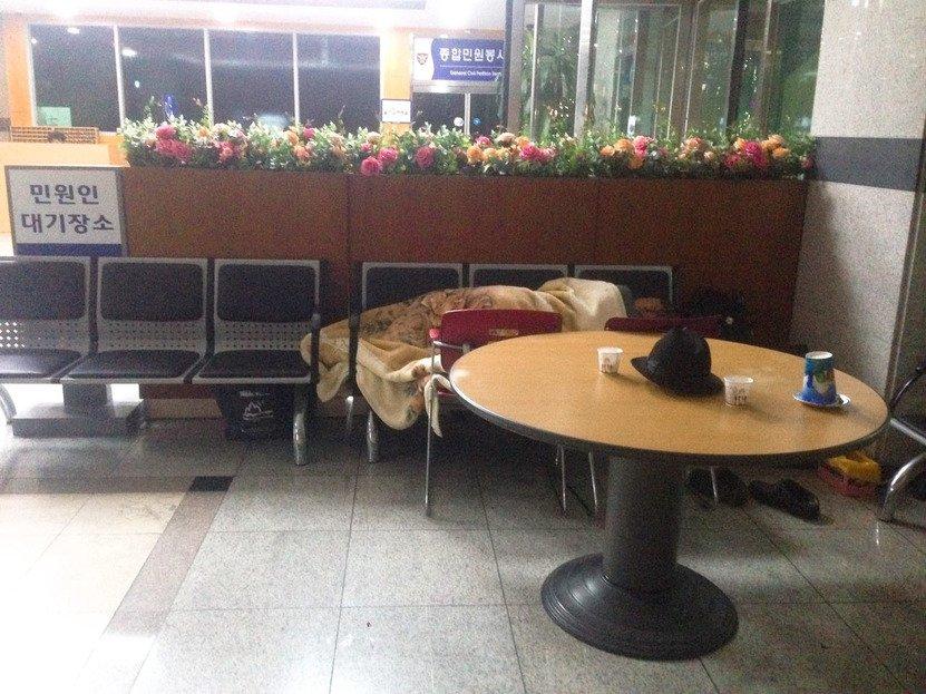 경찰서 24시간 불침번…'태극기 집회' 노인들의 순정은? https://t.co/DGkJbMYouO