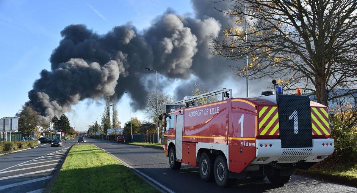 Énorme incendie d'entrepôt au CRT de #le...