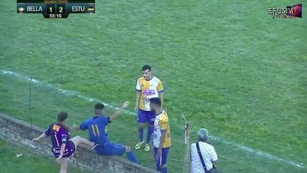 Uruguay, tifosa prende a calci nella schiena l'attaccante avversario e lo fa ... - https://t.co/q1PXy4TB9M #blogsicilianotizie #todaysport