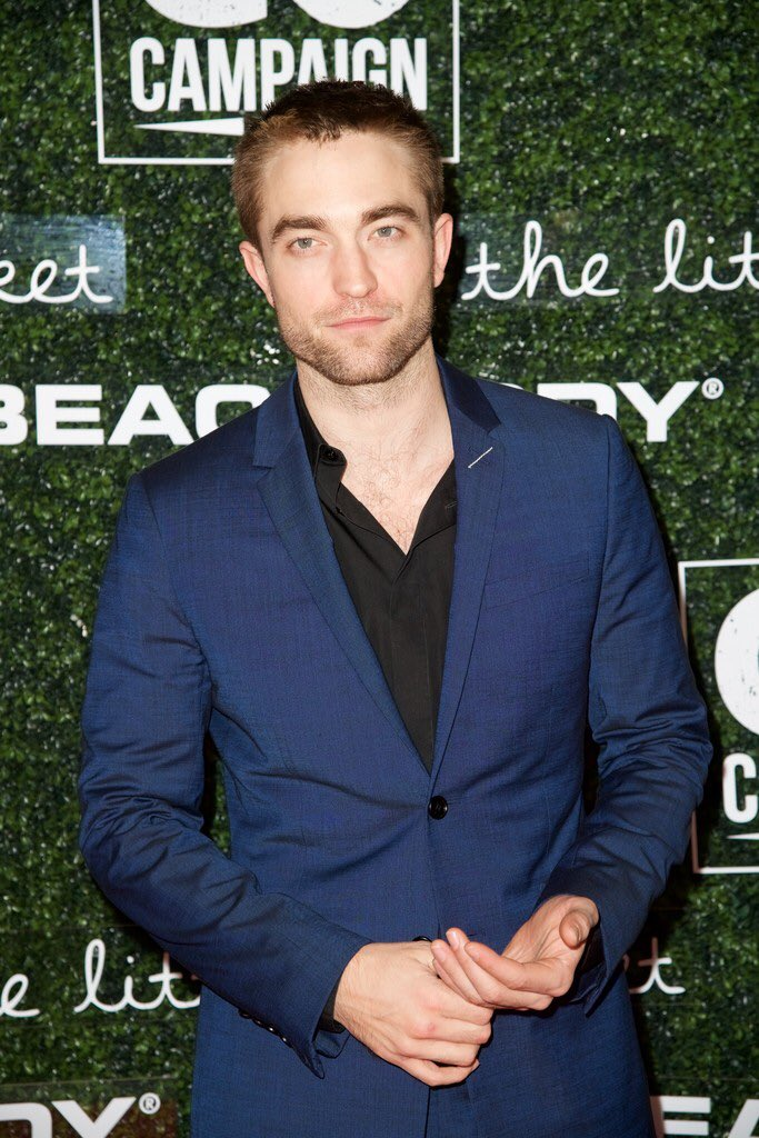Robert Pattinson wore a #DiorHomme Spring 2018 blue suit, black shirt and shoes to the 2017 GO Campaign Gala. #GoGoGala2017 https://t.co/lC7gfdsIlp