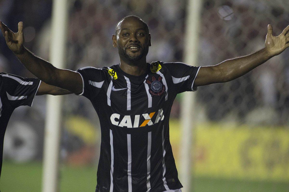 Há dois anos, o #Timão conquistava o #HexaNaFavela com um empate em 1 a 1 com o Vasco em São Januário. Quem aí lembra deste dia, #Fiel?  #VaiCorinthians