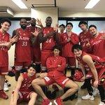 背番号「6」の #船生誠也 選手を囲ってみんなで今シーズン6勝目ポーズ✨#ドルフィンズ #Bリーグ …
