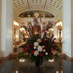 #迎賓館 では接遇の際に、各所に花が飾られます。こちらは、先日の 米国 #トランプ大統領 の接遇の際…