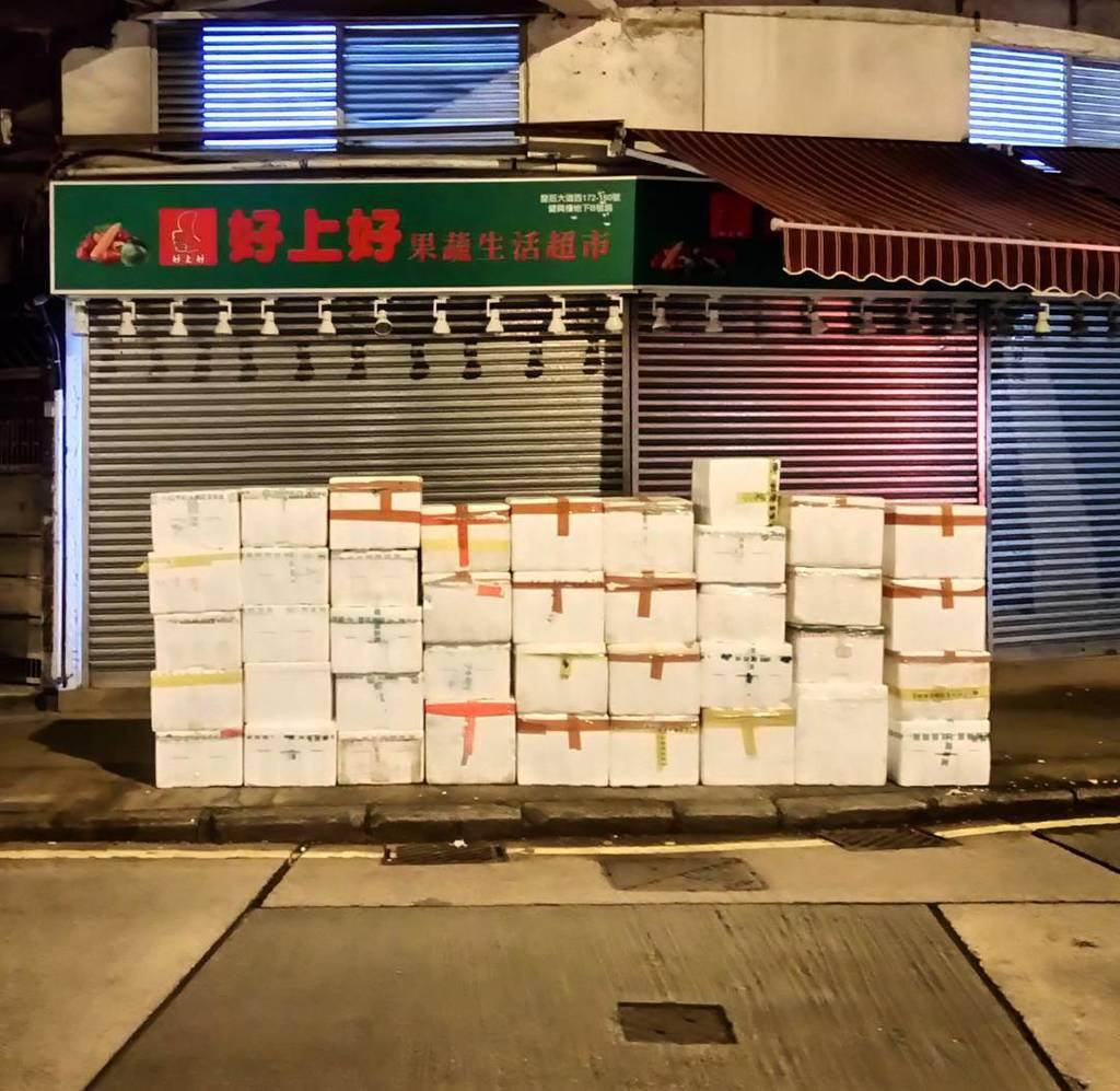 Styrofoam boxes, Queens Road West. #hkig #hkiger #styrofoam #box #concrete #shutter #night #reflection #saiyingpun…  http:// ift.tt/2i6yT6l  &nbsp;  <br>http://pic.twitter.com/kYNAFdwoDO