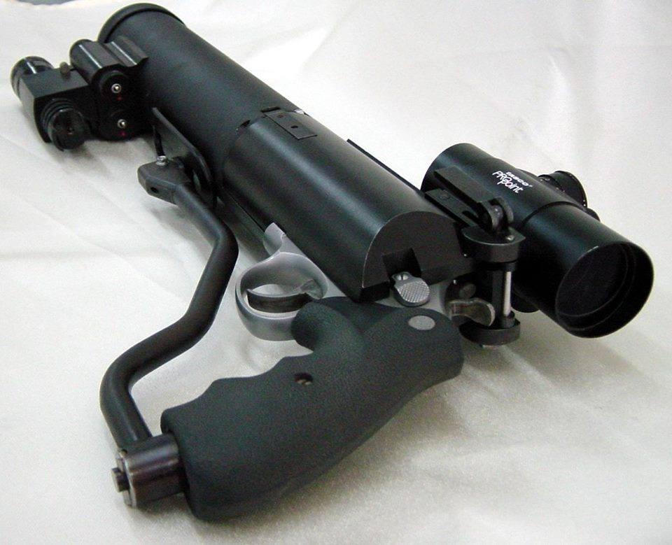 回転式拳銃を消音したい!→銃口にサイレンサー付けようず シリンダーのギャップからガスと音が漏れるの!…
