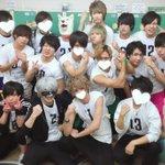 ETA運動会白組の集合写真だよ〜1枚目は男性楽屋にいた皆で男子校っぽいイメージで💪2枚目は松氏も含め…