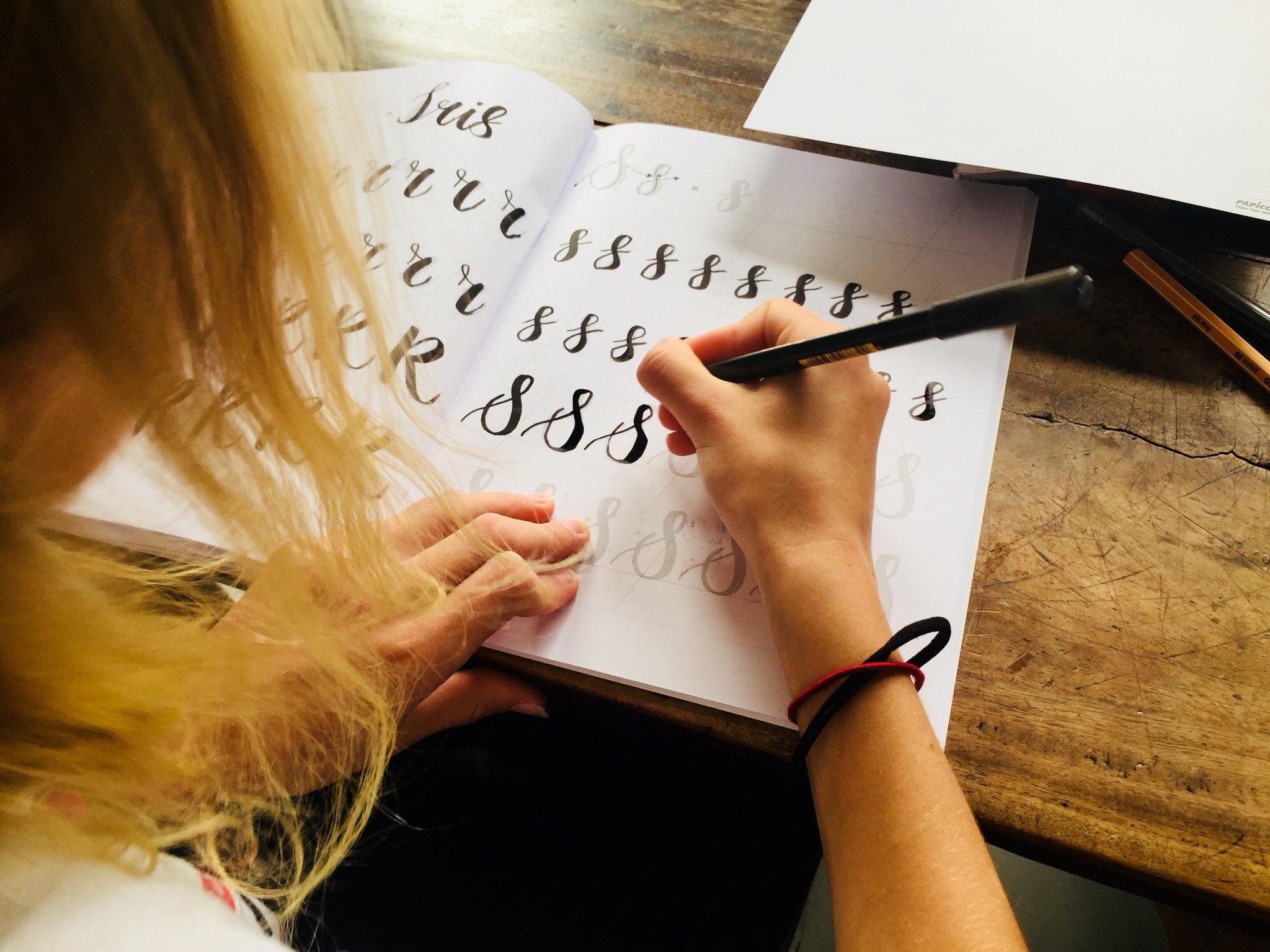 Toffe workshop verjaardag dochter 12 jaar #brushlettering #carlakamphuis https://t.co/eo39kPT5BJ