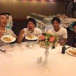 食事会場にて打ち上げ!大木選手、吉田選手、香月一選手。みんなでチャーハンを食べています。とても美味し…