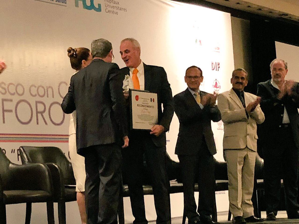.@DidierPittet Receiving award from #Jalisco secretary of health for support in the #implementation of #MultimodalImprovementStrategy #HandHygiene MEXICO @opsoms @Hopitaux_unige<br>http://pic.twitter.com/J3xAN2shjY