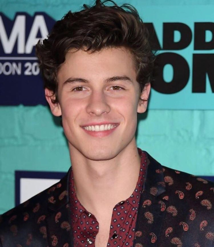 He's looking like a snack #EMABiggestFansShawnMendes <br>http://pic.twitter.com/8g23RBBlsz