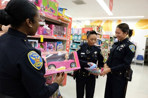 Give smiles this holiday season to #SF children- donate new, unwrapped toys at 60 @Walgreens locations! Visit  http:// sanfranciscopolice.org/toydrive  &nbsp;    or  https://www. gofundme.com/sfpdtoydrive20 17 &nbsp; … <br>http://pic.twitter.com/bBHjN4sZFe