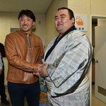 <初日の様子>昨日の様子です。ソフトバンクの内川選手が九州場所を観戦。終了後、琴奨菊と握手。#sum…