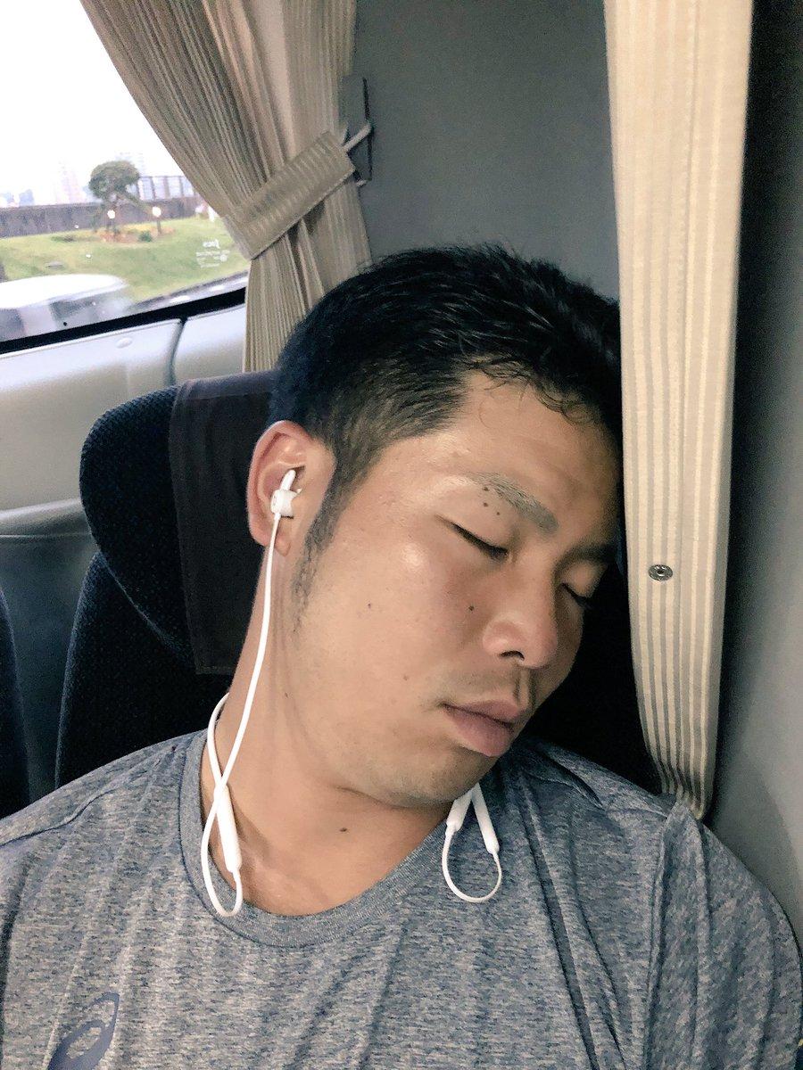 そんな中。 みんなが降りてもただ1人爆睡。 近ちゃん。。。ホテル着きましたよー📣  #侍JAPAN