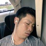 そんな中。みんなが降りてもただ1人爆睡。近ちゃん。。。ホテル着きましたよー📣#侍JAPAN pic.…