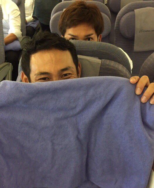 機内で撮影も、「僕はもういいですよ!台湾遠征で撮りすぎ!」と恥ずかしがる荻野貴選手。後ろは目力全開の…