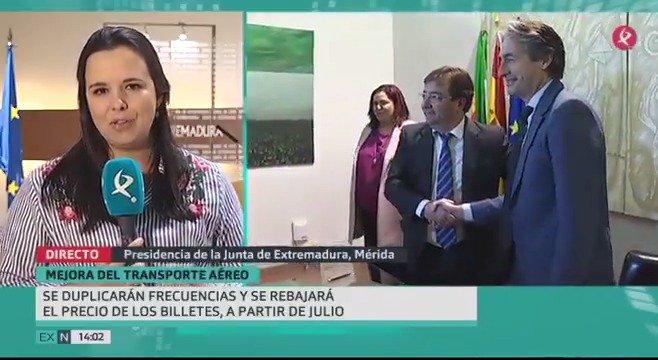 ✈️El aeropuerto de Badajoz será de servicio público en julio de 2018: más vuelos y más baratos. @idlserna y @GFVara han firmado el acuerdo📄. https://t.co/SdgzJDp0PA