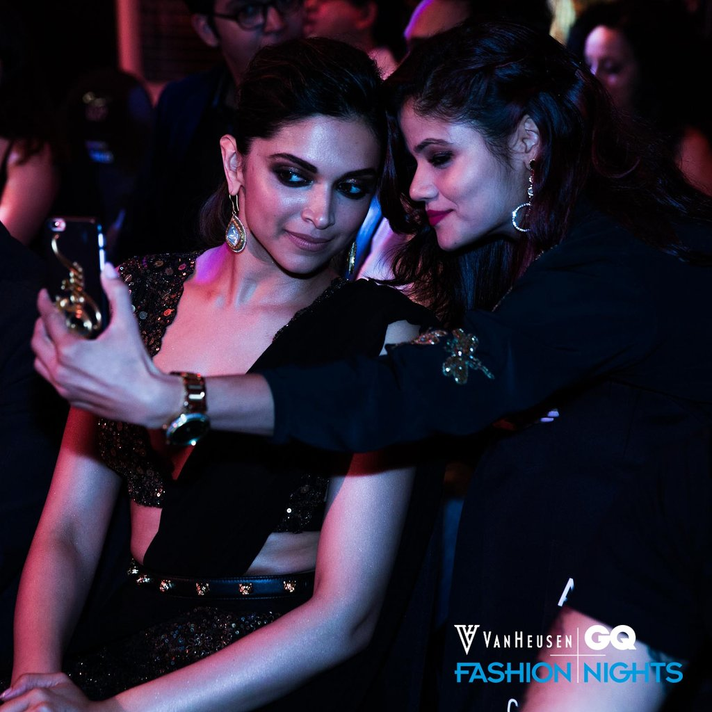 #AboutLastNight: @deepikapadukone&#39;s showing one of her good sides for a fan at @vanheusenind + @gqindia Fashion Nights. #VHxGQFashionNights  #FashionNights #VanHeusenIndia #Style #Fashion #Menswear #MensStyle #MensFashion #GQIndia<br>http://pic.twitter.com/2fn386OO6e