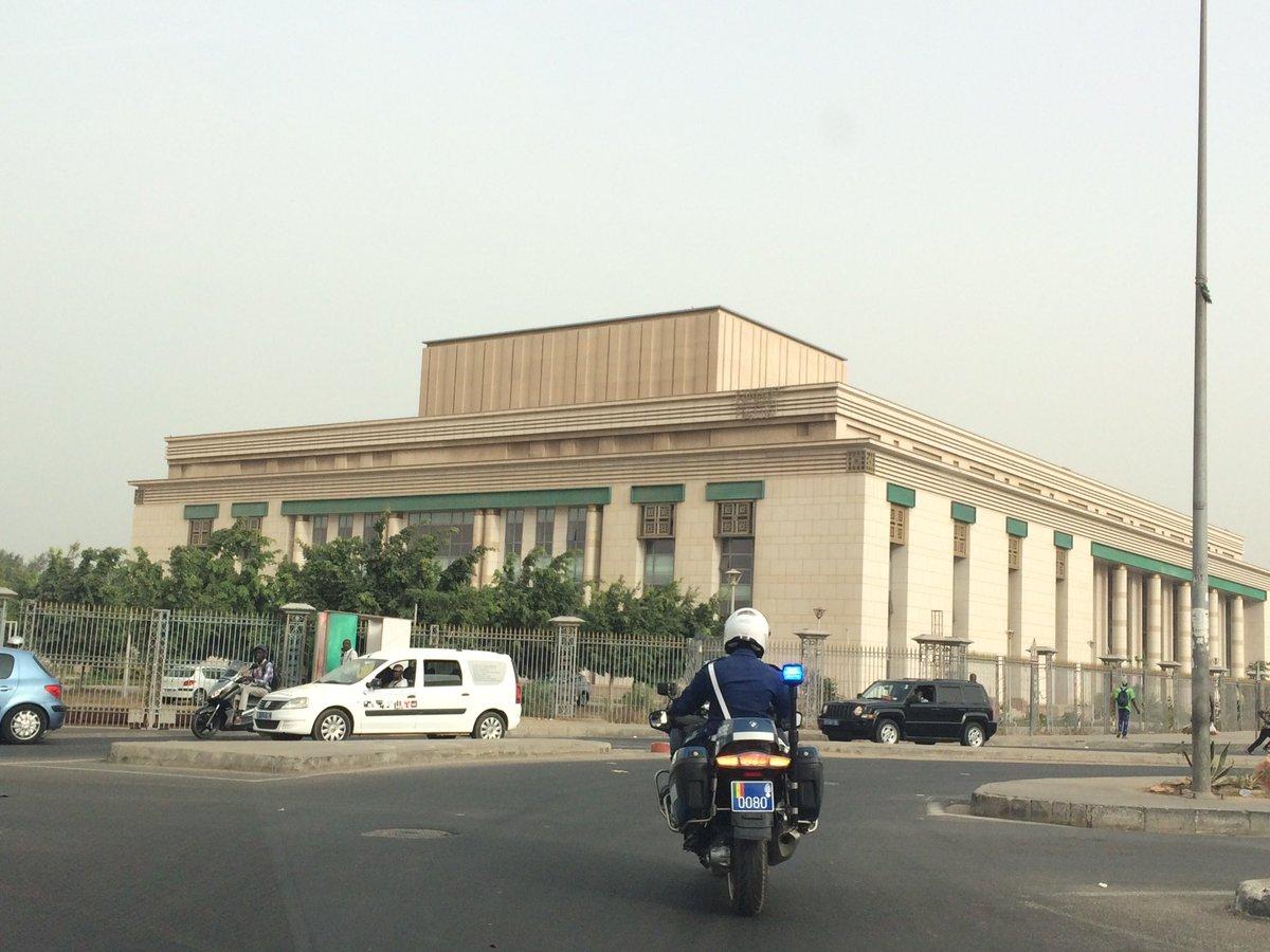 【変わった形のモスクと、北朝鮮と中国の影響実感したダカール市内】 セネガルはイスラム教が多数を占める…