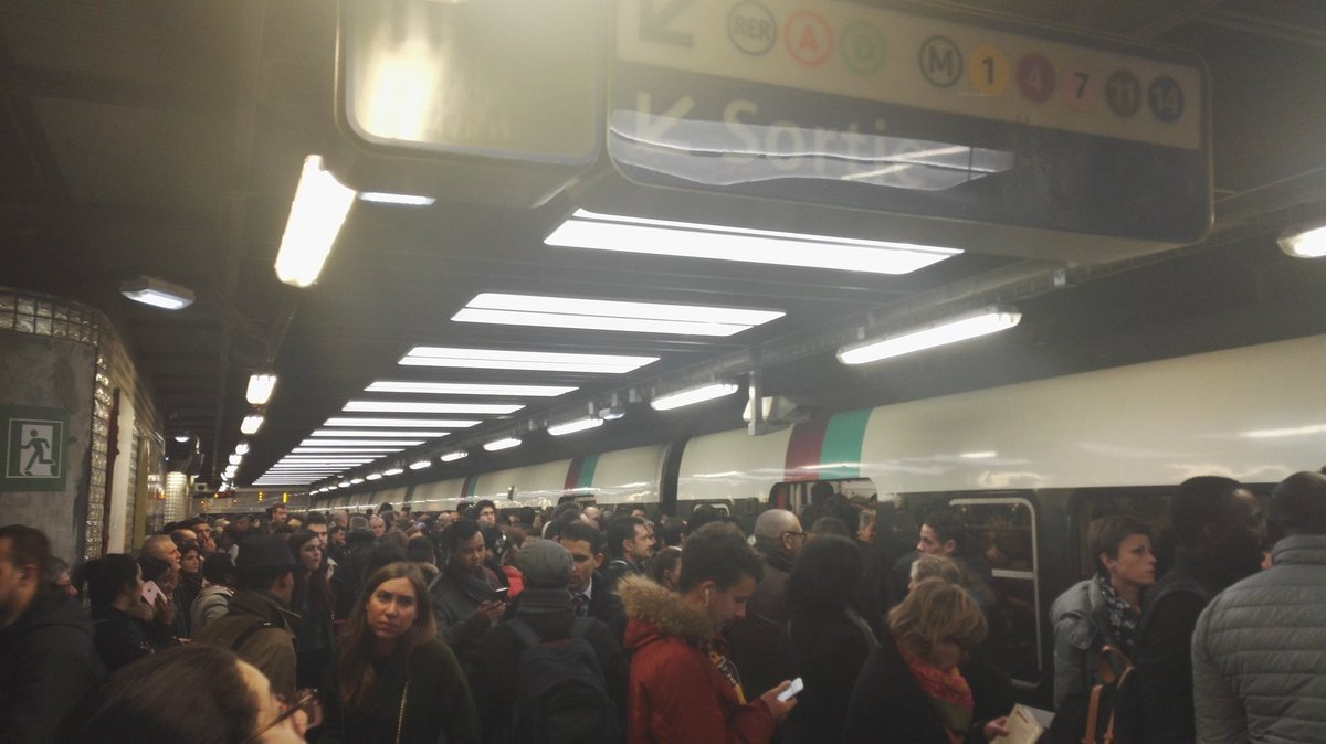 #RERB Châtelet à 18h40. Au bout de trois trains j'ai quand même fini par aller à GDN pour monter dans un train vers le sud  aucune info en gare, franchement vous êtes mauvais pic.twitter.com/CV5KzktXNH