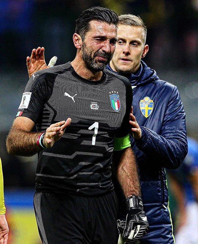Gianluigi Buffon usai laga terakhirnya bersama Timnas Italia